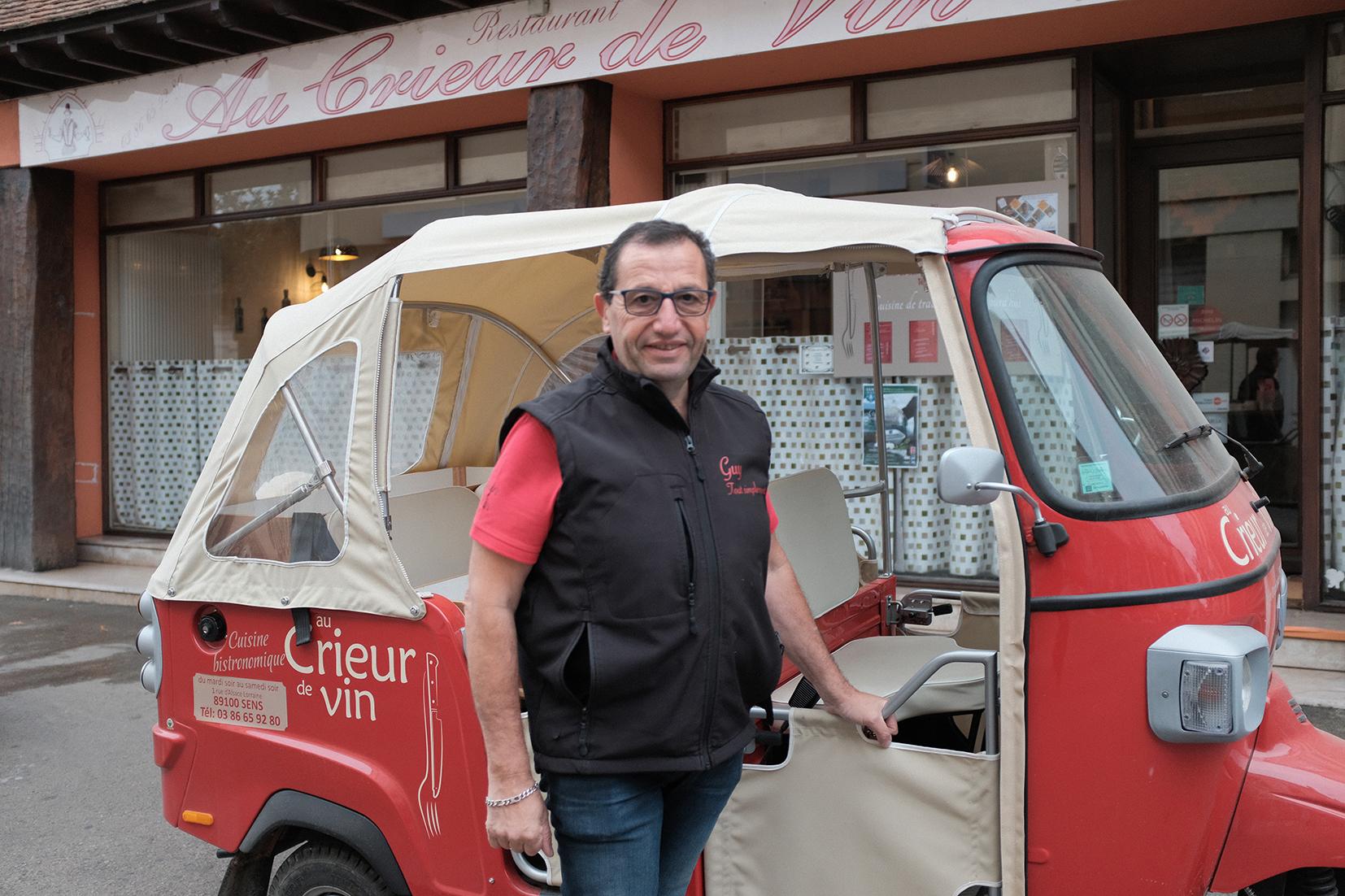Devanture, voiturette et patron du restaurant Au Crieur de Vin à Sens
