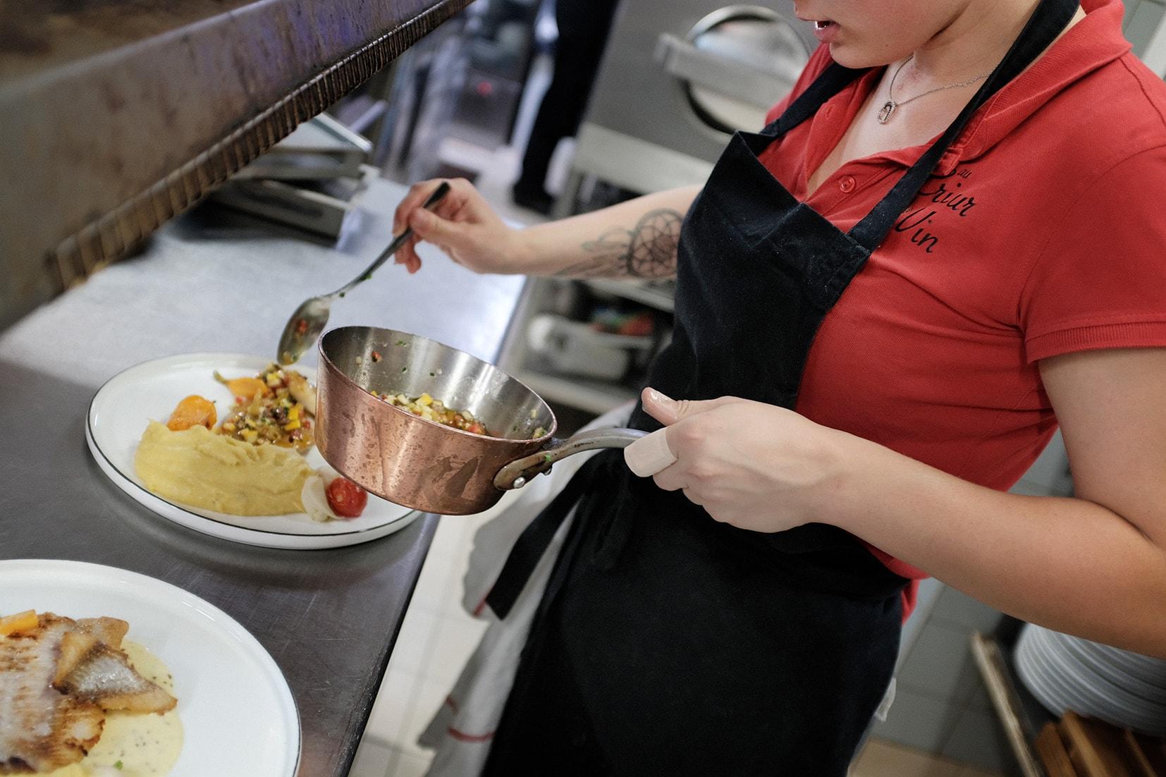 Dressage de plat par l'équipe du restaurant Au Crieur de Vin à Sens