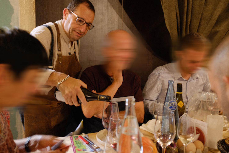 Patron du restaurant Au cCrieur de Vin à sens en train de servir à table