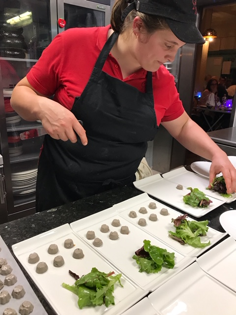 Dressage d'assiette de salade par l'équipe du restaurant Au Crieur de Vin à Sens