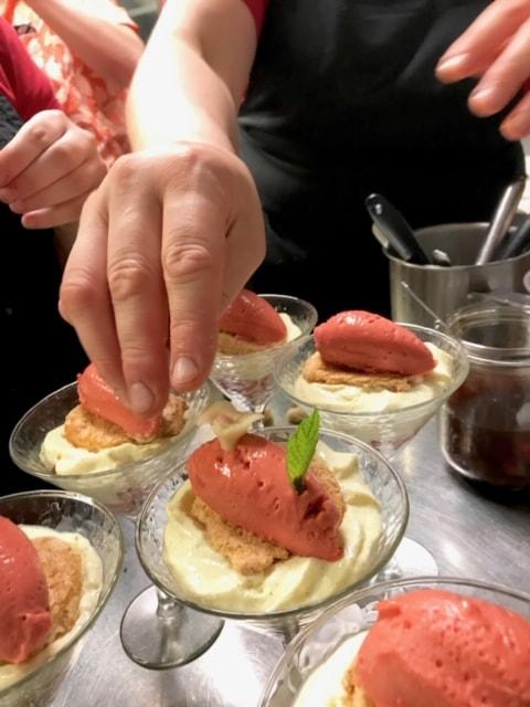 Dressage de dessert par l'équipe du restaurant Au Crieur de Vin à Sens